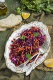 Rotkohlkohlsalatsalat mit Karotten Stockbild
