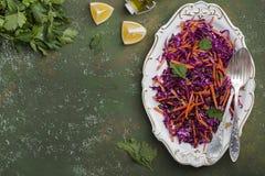 Rotkohlkohlsalatsalat mit Karotten Stockfoto