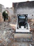 Rotluchs-Schienen-Ochse-Ladevorrichtung im aufgegebenen Gebäude Stockfotos