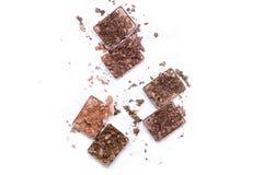 Roto componga y los productos cosméticos Paleta rota de la sombra de ojos en colores neutrales aislada en el fondo blanco imágenes de archivo libres de regalías