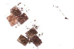 Roto componga y los productos cosméticos Paleta rota de la sombra de ojos en colores neutrales aislada en el fondo blanco fotografía de archivo
