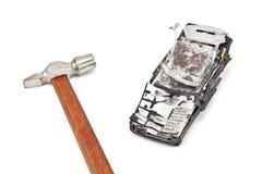Roto con un teléfono móvil del martillo Fotografía de archivo