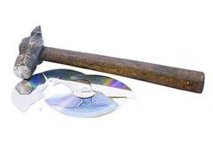 Roto en pedazos cd el disco y el martillo Fotografía de archivo libre de regalías