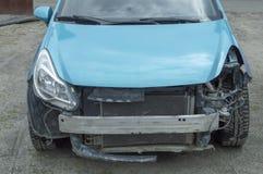 Roto en un accidente de tráfico delante de un coche azul fotos de archivo