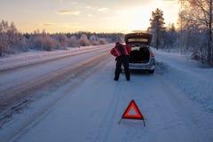 Roto en un camino nevoso del invierno imágenes de archivo libres de regalías