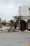 Roto por los posts de madera eléctricos del huracán Imágenes de archivo libres de regalías