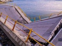 Roto y destruido tienda un puente sobre cerca del mar imágenes de archivo libres de regalías