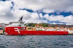 Rotoffshoreversorgungsschiff stockfotos
