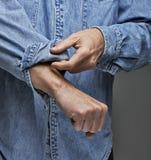 Rotolamento dell'uomo sui suoi manicotti Fotografie Stock