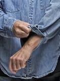 Rotolamento dell'uomo sui suoi manicotti Immagini Stock
