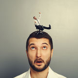Rotolamento dell'uomo sulla grande testa Fotografia Stock Libera da Diritti