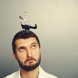 Rotolamento dell'uomo sulla grande testa Fotografia Stock