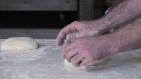 Rotolando e modellando il pane francese della pasta delle baguette video d archivio