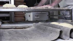 Rotolando e modellando il pane francese della pasta delle baguette archivi video