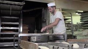 Rotolando e modellando il pane francese della pasta delle baguette stock footage