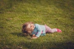 Rotolando giù sull'erba fotografia stock