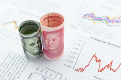 Rotoli acciambellati della fattura di dollaro americano e degli yuan di cinese con l'immagine/ritratto di presidente Mao Zedong e Immagini Stock