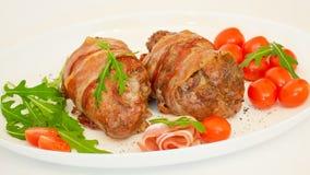 Rotoli al forno con carne di maiale e bacon immagini stock