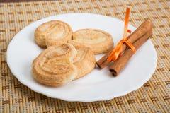 Rotoli al forno con i bastoni di cannella Fotografia Stock Libera da Diritti