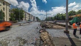 Rotoli arancio del compattatore del rullo di vibrazione sull'pietre alla costruzione di strade e al timelapse di riparazione video d archivio