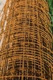 Rotoli arrugginiti del cavo per il lavoro concreto del pavimento Alta costruzione di aumento che va in su Immagine Stock