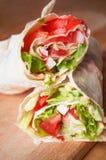 rotoli con il pane della pita con le verdure Fotografia Stock
