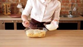 Rotoli culinari della glassa della pasticceria della pasticceria di affari archivi video
