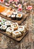 Rotoli dei sushi, di maki, del sashimi e di sushi Piovuto appena sopra Fotografie Stock