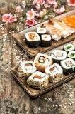 Rotoli dei sushi, di maki, del sashimi e di sushi Piovuto appena sopra Fotografia Stock