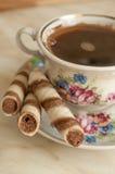 Rotoli del biscotto del wafer e della tazza di caffè Immagine Stock