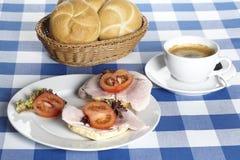 Rotoli del prosciutto e una tazza di caffè Immagine Stock
