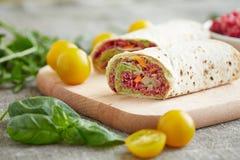 Rotoli del vegetariano farciti con la quinoa, la barbabietola della tavola, le carote e la o Immagini Stock Libere da Diritti