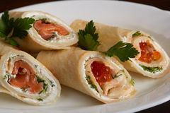 Rotoli deliziosi della pita con il caviale di color salmone e rosso Fotografia Stock