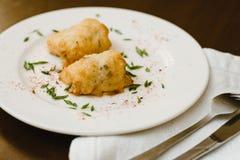 Rotoli deliziosi di pasta con erba su un piatto immagini stock libere da diritti