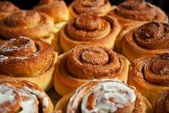 Rotoli di cannella casalinghi dolci al forno con amore fotografia stock libera da diritti