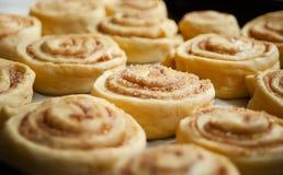 Rotoli di cannella casalinghi dolci al forno con amore immagine stock