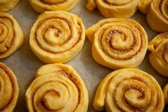Rotoli di cannella casalinghi dolci al forno con amore immagini stock libere da diritti