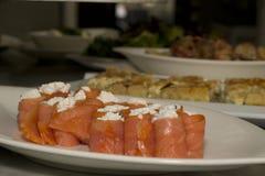 Rotoli di color salmone su un piatto fotografia stock