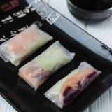 Rotoli di molla asiatici dello spuntino sano con le tagliatelle delle verdure, del pesce e di riso Fotografia Stock