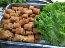 Rotoli di molla croccanti sul piatto con la verdura Fotografie Stock Libere da Diritti