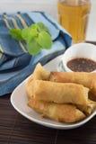 Rotoli di molla fritti nel grasso bollente Fotografia Stock