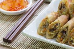 Rotoli di molla fritti nel grasso bollente, Por Pieer Tod o rotolo di primavera tailandese fritto dei rotoli di molla sul piatto  immagini stock libere da diritti