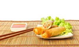 Rotoli di molla fritti su un piatto contro fondo bianco Fotografia Stock Libera da Diritti