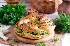 Rotoli di pane all'aglio con aglio, aneto e le erbe Immagini Stock
