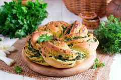 Rotoli di pane all'aglio con aglio, aneto e le erbe Fotografia Stock Libera da Diritti