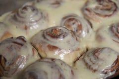 Rotoli di recente al forno del cinnabon della cannella fotografia stock