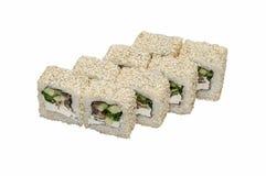 Rotoli di sushi asiatici tradizionali del piatto con frutti di mare isolati su bianco Fotografia Stock