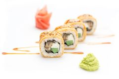 Rotoli di sushi con il cetriolo dell'anguilla ed il formaggio di Filadelfia Isolato Rullo di sushi su una priorità bassa bianca Immagine Stock Libera da Diritti