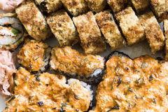 Rotoli di sushi con il salmone, il caviale nero ed il colpo di macro del primo piano del sesamo Immagine Stock Libera da Diritti