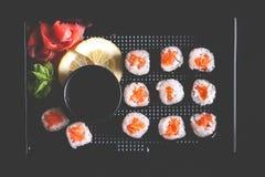 Rotoli di sushi con la salsa di soia e del salmone Immagini Stock Libere da Diritti